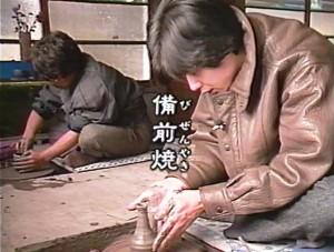 ちょっと放浪モータリング」の旅で舘内さんと一緒に備前焼の窯元でロクロを回す中谷クン。