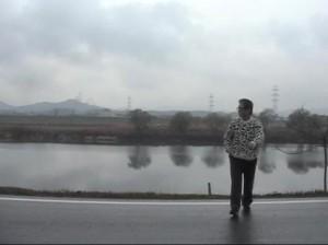 かつては石炭を満載した川舟が白帆をふくらませて下って行った遠賀川畔に立つ。
