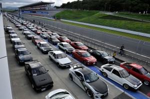 当日、富士スピードウェイでのオフ会に参集した86とハチロク。計500台。