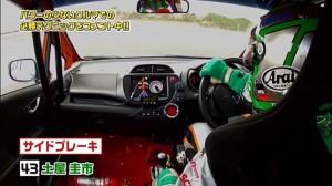 タイトなコーナーでエンジン回転が落ちるときに「ガーン」と一発。これが「クラッチ蹴り」